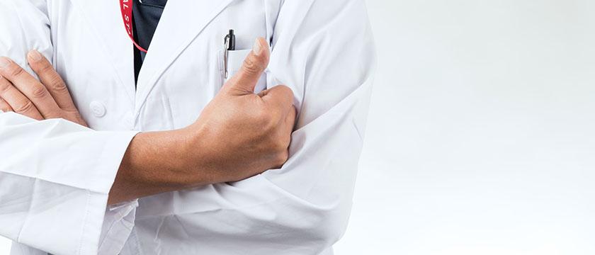 親指を立てる男性医師